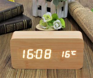 Digitaluhr mit Kalender und Weckerfunktion in Holzoptik beige