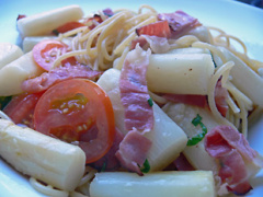 Spaghetti mit Spargel, Schinken und Tomaten