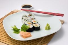 Sushi mit Gemüse und Fisch